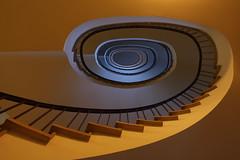 Blue Eye (Elbmaedchen) Tags: escalier kontorhaus staircase stairwell stairs stufen treppenhaus treppenauge bunt roundandround hamburg kajen architecture interior