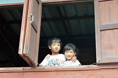 brother and sister in a window (the foreign photographer - ฝรั่งถ่) Tags: two children brother sister window wooden house khlong thanon portraits bangkhen bangkok thailand nikon