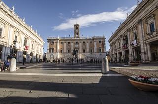 Roma : Piazza del Campidoglio ( Arch. Michelangelo Buonarroti ) con Palazzo dei Conservatori ( 1568 ) a destra ,Palazzo Senatorio al centro  e Palazzo Nuovo a sinistra (1655 ) . Modifiche in corso d'opera di Giacomo Della Porta (1585 )