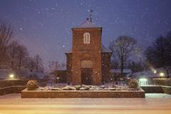 Schneefall an der Schlosskirche (Lilongwe2007) Tags: ahrensburg schloss schlosskirche schnee winter schneefall schneeflocken kirche architektur blitz schleswig holstein