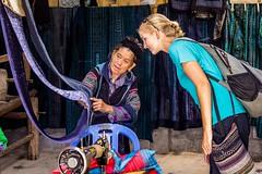 Ve hmongském krejčovství (zcesty) Tags: vietnam26 oblečení domorodci vietnam dosvěta làocai vn
