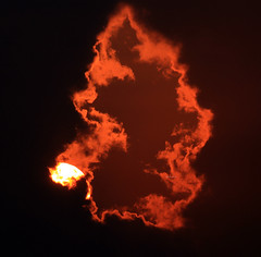 The shape of my heart (Robyn Hooz) Tags: sun clouds pierce window finestra luci disco disk nuvole spiaggia mare sea beauty