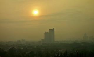 INDONESIEN, Jakarta , Skyline im Morgengrau (vom Hotelfenster aus), 17054/9507