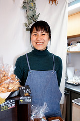 Shop owner, Koumorigashi (Eric Flexyourhead) Tags: ukyo ukyoku 右京区 kyoto 京都市 kansai 関西地方 japan 日本 shop store bakery パン屋さん koumorigashi こうもり菓子 girl woman japanese smile smiling cute kawaii かわいい sonyalphaa7 zeisssonnartfe35mmf28za zeiss 35mmf28