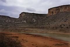 Embalse convertido en río (Otra@Mirada) Tags: pantano mezalocha agua rio piedras rocas sequia