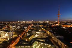 Hoch oben über Hamburg (Lilongwe2007) Tags: hamburg deutschland aussicht fernsehturm blaue stunde dämmerung nacht geomatikum universität abend stadt architektur