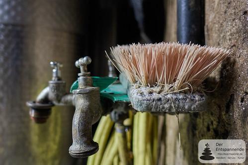 Wasserhähne und Bürste im Weinkeller des Weinguts Dr. Dahlem