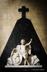 Le poing levé (patoche21) Tags: bourgogne côtedor dijon europe france catholicisme chrétienté croix médaille patrimoinereligieux religion statuette patrickbouchenard burgundy christianity christendom catholicism church religious heritage angel ange cross art