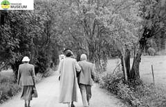 tm_2275/Värmland 1952. (Tidaholms Museum) Tags: svartvit positiv landsväg värmland 1952 semester grusväg