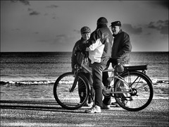 Rencontre du Troisième Type - Close Encounters of the Third Kind (Phoebus58) Tags: bicycle meeting rencontre trio noiretblanc blackandwhite monochrome olympus mer sea personne people