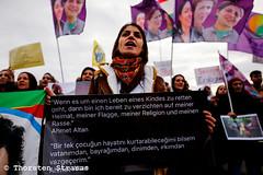 Kurden protestieren vor dem Reichstag in Berlin gegen Angriffe auf Afrin (tsreportage) Tags: afrin berlin bundestag demonstration fahne flaggeefrin germanparliament kundgebung kurden kurdistan kurds mitte pkk reichstag rojava syria syrien tuerkei turkey ypg attack demo flag peace protest rally war ypj germany de