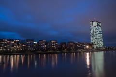 2018 EZB in der Blauen Stunde (mercatormovens) Tags: frankfurt skyline nachtaufnahme nikon ndfilter altebrücke main fluss spiegelung brücke hochhäuser gebäude ezb