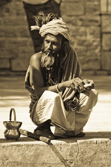 20080213_080526 (andaineiboschi) Tags: sadhu khajuraho india ommusarvoigu ritratto portrait man greybeard graybeard old guru pilgrim smoke smokes