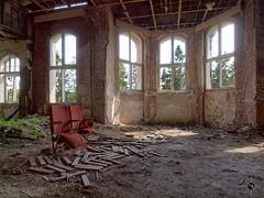 Johanniter-Heilstätte 47 (Moddersonne) Tags: lost place urbex verlassen abandoned decay verfall urban exploration johanniter heilstätte sanatorium stühle chairs fenster window