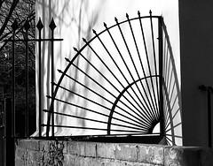 Rheiddiol / Radiating (Rhisiart Hincks) Tags: london loundres 伦敦 londrez londres londër lunnainn llundain londyn לונדון londra lontoo londain ਲਨਡਨ cysgodion itzalak skeudoù shadows ombres dubharan scáthanna southwark feansa feans ffens argaeenn fence claí fál sconsa blancinegre duagwyn gwennhadu dubhagusgeal dubhagusbán blackandwhite bw zuribeltz blancetnoir blackwhite monochrome unlliw blancoynegro zwartwit sortoghvid μαύροκαιάσπρο feketeésfehér juodairbalta mnyamanokumhlophe pangometema