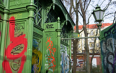 - herren - (-wendenlook-) Tags: color colors grün green urban wc berlin friedrichshain boxhagenerplatz sony a7ii alpha7ii 3528 zeiss 35mm 1500 f35 iso100