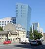 3-DSC_7323 Historische und moderne Architektur in der Straße Liivalaia in Tallinn, alt + neu. Einstöckiges Wohnhaus / Geschäftshaus in Holzbauweise - Eckgebäude  mit Erker / Giebel; Apartment Hochaus mit abgeschrägter Glasfassade. (stadt + land) Tags: historische moderne architektur strase liivalaia alt neu einstöckiges wohnhaus geschäftshaus holzbauweise eckgebäude erker giebel apartment hochaus abgeschrägte schräger ungerade glasfassade tallinn reval tallin talin hauptstadt estland baltikum geschichte entwicklung impressionen eindrücke reisebilder stadtportrait stadtrundgang sehenswürdigkeiten impression photowalk bilder fotos