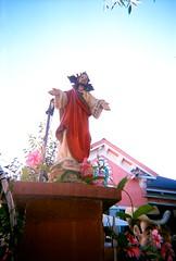 Fence statue (jfpj) Tags: sanjose california statue jesus red pink religious film fuji fuji400film lowresolution 35mm plasticcamera plasticlens plastic toycamera trashcam vivitar vivitarultrawideandslim superheadzultrawidelens