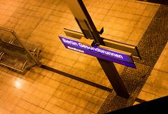 20180117-012 (sulamith.sallmann) Tags: zeichen bahnhof bahnsteig berlin deutschland germany gesundbrunnen haltestelle mitte nacht nachtaufnahme nachts night nightshot schild signs symbol typo vogelperspektive deu sulamithsallmann