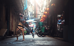 (dimitryroulland) Tags: nikon d600 dimitryroulland handstand balance performer art performance artist pointe street city bangkok thai thailand asia trip travel china chinatown urban flexible people flexibility natural light