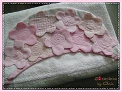 toalha de banho com capuz (Joanninha by Chris) Tags: enxoval feitoamão handmade bordado artesanato aplicaçãodetecidos patchwork embroidery toalhadebanho toalhacomcapuz flores rosa enxovalbebe enxovalmenina