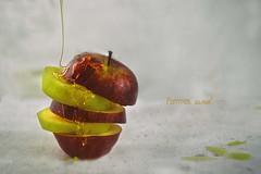 pommes au miel (Chocolatine photos) Tags: pommes miel fruit àtable rond table texture lumière inexplore photo photographesamateursdumonde pdc stilllife flickr jaune rouge makemesmile minimaliste nikon