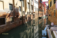 Venezia, qual'è la città...qual'è l'ombra ? - Venise miroitement... (hmeyvalian) Tags: venise venice venezia canale case pannistesi riflessi miroitement