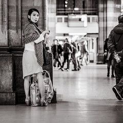 surprise! (Gerard Koopen) Tags: nederland netherlands amsterdam capital city centraalstation centralstation portrait portret candid surprise woman luggage arriving bw blackandwhite blackandwhiteonly fujifilm fuji xpro2 56mm 2017 gerardkoopen streetlife