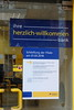 Niemand ist mehr herzlich willkommen - Schließung der Postbank-Filiale (Sockenhummel) Tags: mainzerstrasse postamt postbank fuji x30 post schliesung herzlichwillkommen bundesplatz protest deutschebank