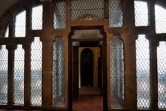 Astorga (León). Palacio Episcopal de Antonio Gaudí. Ventanal (santi abella) Tags: astorga león castillayleón españa palacioepiscopaldeastorga antoniogaudí arquitecturamodernista