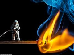 Macro Monday  #Flame - 1.Versuch (J.Weyerhäuser) Tags: hmm flame macromonday flamme macro tinypeople h0 preiser streichholz anbrennen