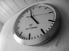 kurz vor 5 (-BigM-) Tags: fisheye samyang 75mm mft olympus bigm omd bw sw black white schwarz weiss uhr clock radio controlled control