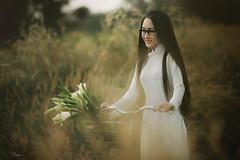 DSC07857 (Sài gòn-01665 374 974) Tags: snor aodai white field old flickr burn vietnamese girl sony portrait beauty pretty people woman lady person
