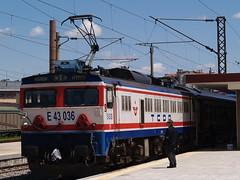 A Turkish Railways E43000 class locomotive at the head of an Istanbul train, Eskişehir (Steve Hobson) Tags: turkish railways tcdd eskişehir gar e43000 toshiba tulomsas