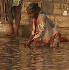 20080218_042226 (andaineiboschi) Tags: varanasi kashi benares india fiumesacro fiume gange anziana ommusarvoigu indù induismo ganges river sacred consecrated holy hindu hinduism woman old portrait rite custom prayer