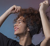 Rire ! IMG_2092 (geneaban) Tags: femme jolie jeune studio portrait lunettes face sourire