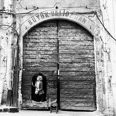 doors (eb78) Tags: istanbul turkey travelphotography bw blackandwhite monochrome greyscale grayscale streetphotography fatih
