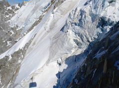 What you see when the Téléphérique de l'Aiguille du Midi descends from 3777 m to the mid station at 2310 m. (elsa11) Tags: chamonix aiguilledumidi leplandelaiguille montblancmassif alps alpen france frankrijk mountains mountain snow sneeuw gletscher gletsjer glacier cableway cablecar téléphériquedelaiguilledumidi rhonealpes hautesavoie