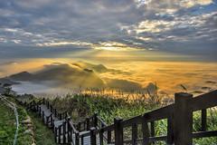 隙頂傳說 ~斜射光雲海~ Sunset (Shang-fu Dai) Tags: 台灣 taiwan 嘉義 番路 隙頂 二延平步道 sunset 夕彩 clouds nikon d610 阿里山 alishan xinding fog landscape formosa 日落