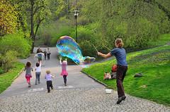 Seifenblase - vorher - before (Charli 49) Tags: street seifenblasenkünstler kinder prag park vorher nachher retouche