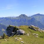 Vue magnifique depuis la Dent de Rossanaz sur la Croix et le massif des Bauges thumbnail