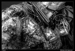Bolsas de basura (Montse Estaca) Tags: estadosunidos unitedstates eeuu usa nuevayork newyork manhattan greenwichvillage rubbish basura bolsadebasura rifiuti trash latas botellas bottles bottiglie cans bw bn bianco blanco black negro nero white urbanlandscape urbanphotography paisajeurbano fotografíaurbana