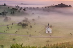 *Die Fintenkapelle im Morgennebel* (Albert Wirtz @ Landscape and Nature Photography) Tags: fintenkapelle finten fintenchapel valleyofthemorningmist taldermorgennebel morgennebel mist fog nebbia niebla brume bruma brouillard albertwirtz bergweiler wittlich wittlichersenke wittlichvalley autobahnkapelle highwaychapel sunrise goldenhour foggy misty neblig mystic natur nature natura landscape paesaggi paysages deutschland germany rhinelandpalatinate rheinlandpfalz moseleifel eifelmosel wittlichland allemagne goldenestunde tree streuobstwiese enchanted orchard obstbäume sonnenaufgang forest märchenhaft fairytale fairytaile eifelsteig eifel südeifel aoi elitegalleryaoi bestcapturesaoi aoi3levels