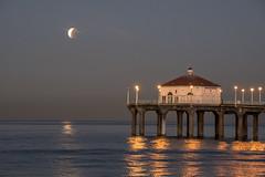 (molliegamo) Tags: moon bloodmoon bluemoon supermoon super blue blood redmoon red manhattanbeach manhattan beach ocean pier sunrise moonset