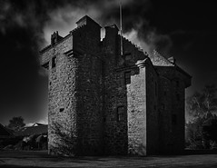 Claypotts Castle (scrimmy) Tags: scotland dundee claypottscastle history blackandwhite monochrome sky urban
