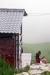 Longji's family (m-blacks) Tags: china cina travel vacation summer august holiday green nature landscape terraces rice canon guanxi longsheng longji lóngjtītián terracedricefields mountain fog house red clouds hill curves family roof