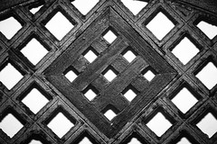 16/100x (eskayfoto) Tags: canon eos 700d t5i rebel canon700d canoneos700d rebelt5i canonrebelt5i monochrome mono bw blackandwhite 100x 100xthe2018edition 100x2018 image16100 lanzarote playablanca canaryislands islascanarias lightroom minimal abstract grid chair lines wood wooden line pattern texture symmetry symmetrical sk201801278939editlr sk201801278939