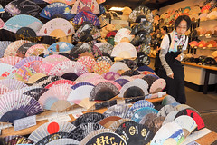 Gion .. Old Kyoto Japon (geolis06) Tags: geolis06 asia asie japan japon 日本 2017 kyoto gion kimono cloth suit vêtement tradionnel portrait street rue japon072017 olympusm918mmf4056 patrimoinemondial unesco unescoworldheritage unescosite