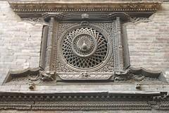 """La """"Fenêtre du paon"""" à Bhaktapur = Bhadgaon (Népal) (michele 69600) Tags: fenêtredupaon bhaktapur népal asie fenêtre window boissculpté yakshamall peacockhouse cercle circle square carré architecture géométrique"""