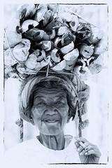 la portatrice di legna (mat56.) Tags: ritratto ritratti portrait portraits people persone donna woman old legna wood bianco black nero white sigaretta cigarettes fumatrice fumo smoke lago lake inle myanmar birmania burma asia monocromo monochrome antonio romei mat56 bearer portatrice